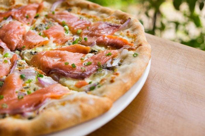 Une recette de pizza maison au saumon et asperges.