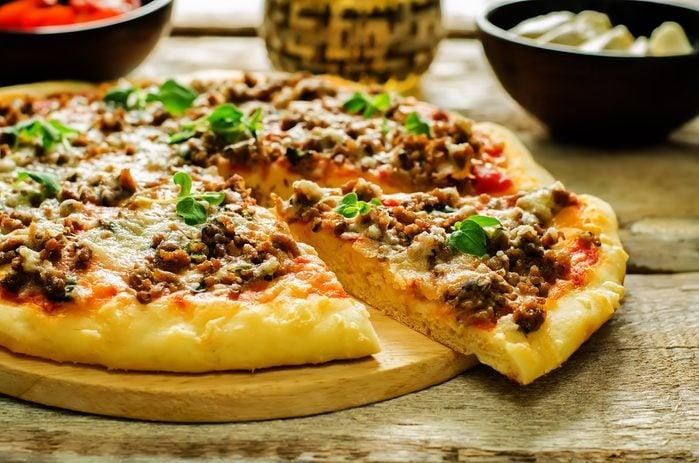 Une recette de pizza maison au bacon et cheeseburger.