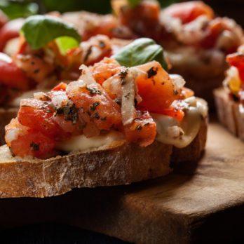 Bruschetta au prosciutto, champignons et fromage