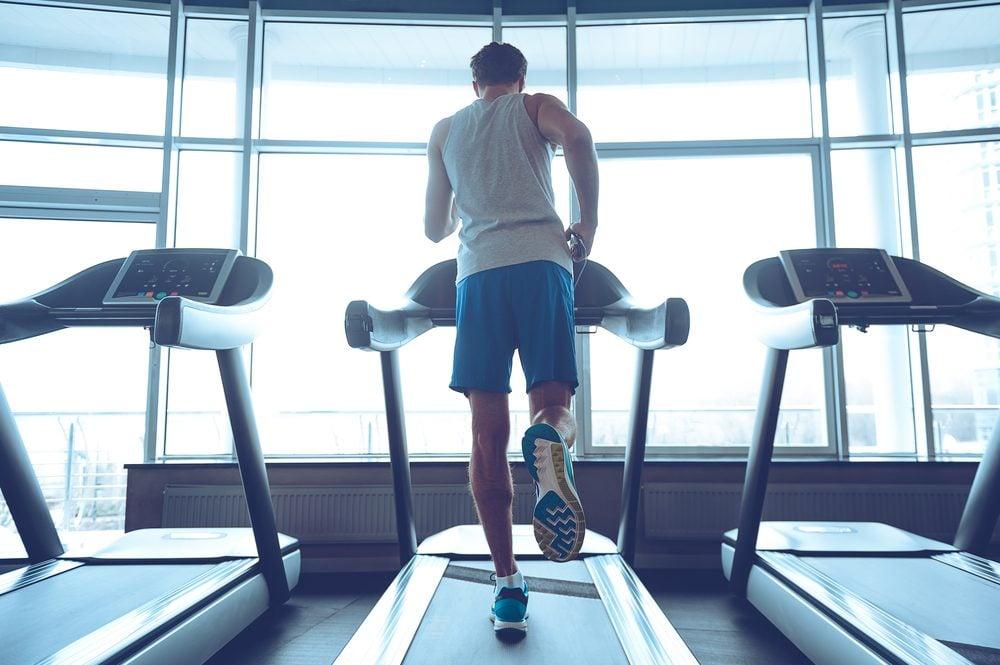 Parmi les meilleurs appareils de gym pour maigrir, on retrouve le tapis roulant.