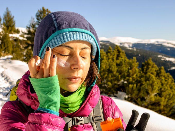 Porter un écran solaire toute l'année est une résolution santé.