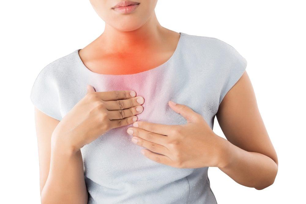 Toux chronique accompagnée de brûlures d'estomac peut être un reflux gastro-œsophagien.
