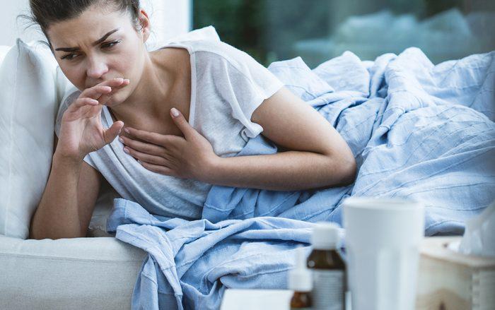 Toux chronique accompagnée de symptômes de toux sifflante.