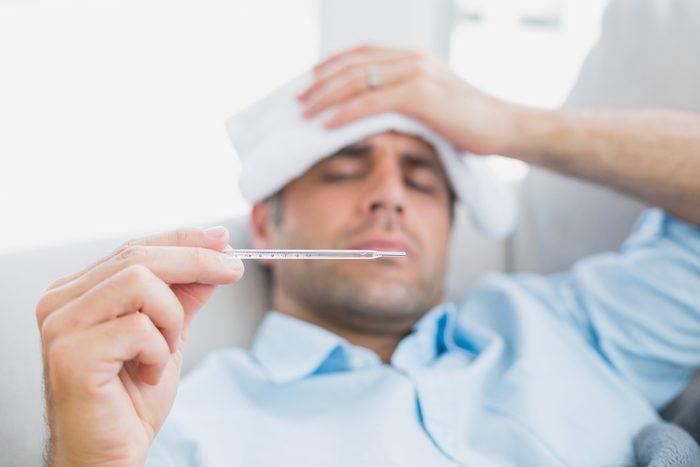 Une toux grasse avec de la fièvre peut être un symptôme de la bronchite aiguë.
