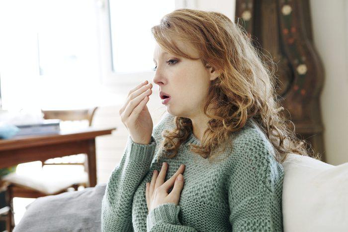 Toux accompagnée de mucus clair peut être plusieurs fois par année peut être une bronchite chronique.
