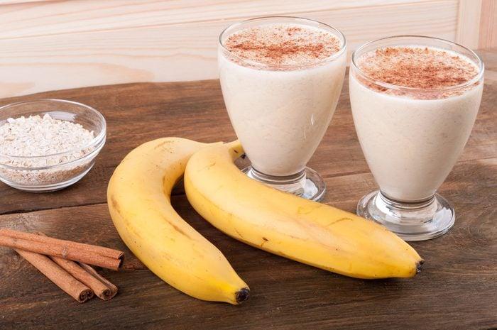 Un smoothie au pain à la banane santé pour l'entrainement