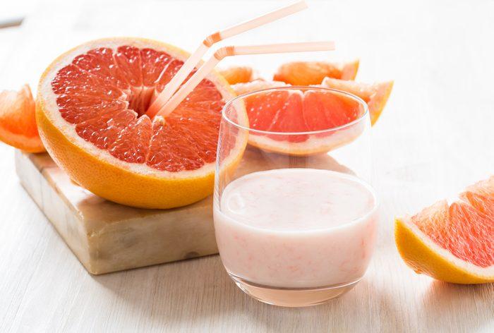 Un smoothie au pamplemousse, fraises et ananas pour maigrir