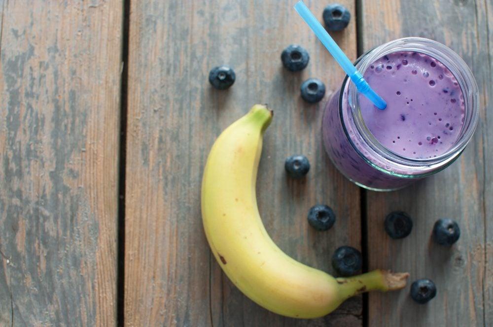 Un smoothie bananes et petits fruits pour maigrir