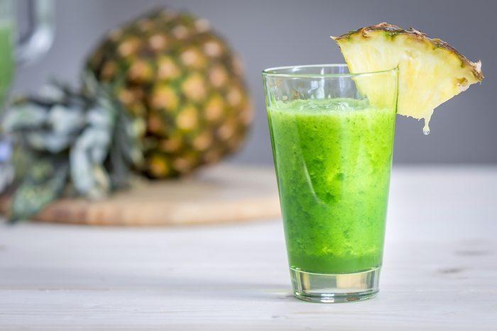Un smoothie épinards et fruits tropicaux