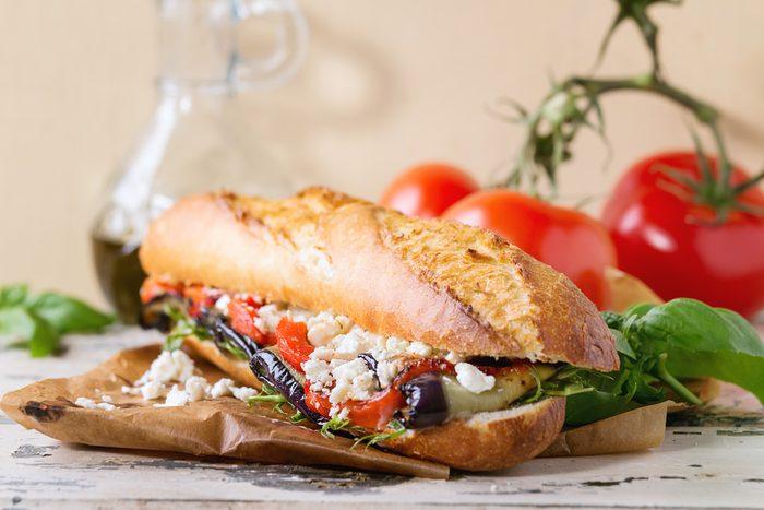 Une recette de sandwich végétarien aux légumes et à la feta