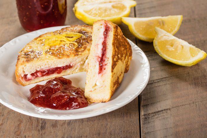 Une recette de sandwich en pain doré au fromage et à la confiture
