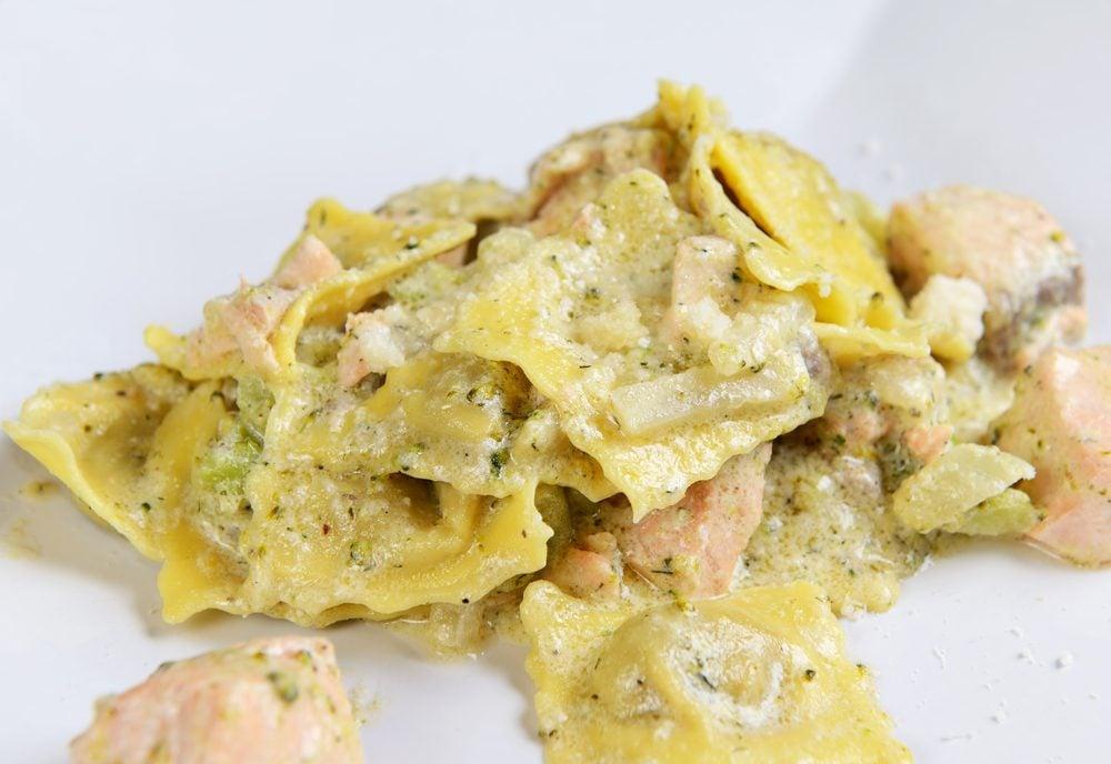 Une recette de ravioli, sauce crémeuse et saumon fumé.