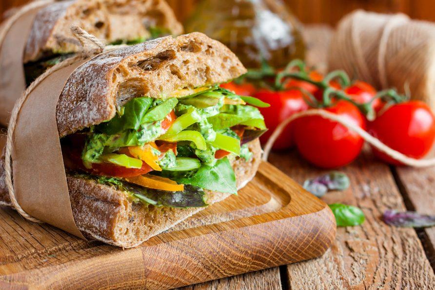 Une recette de sandwich ciabatta aux légumes et feta