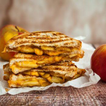 Sandwich grillé au bacon, aux pommes et au cheddar fondu