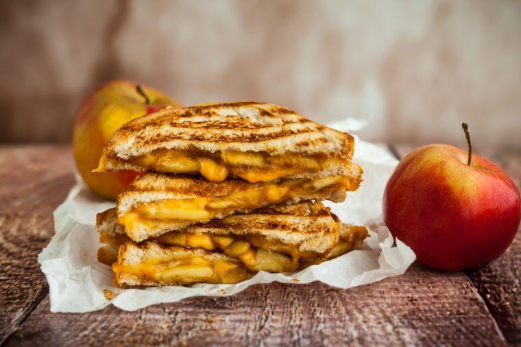Une recette de sandwich bacon, pommes et fromage