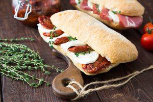 Sandwichs chauds au fromage mozzarella et tomates séchées