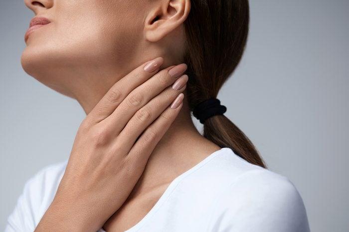 Après avoir arrêté de fumer, des symptômes de sevrage de la cigarette incluent la toux et les maux de gorge.