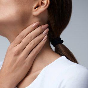 Après avoir arrêté de fumer, des symptômes de toux et de maux de gorge sont possibles.