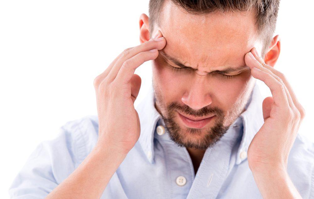 Après avoir cessé de fumer, des symptômes de sevrage de cigarette comptent aussi des maux de tête.