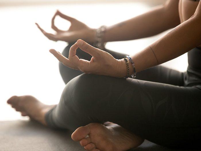 Le yoga Yin est l'un des types de yoga à essayer.