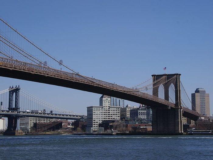 Traverser le Brooklyn Bridge, le New York mythique.