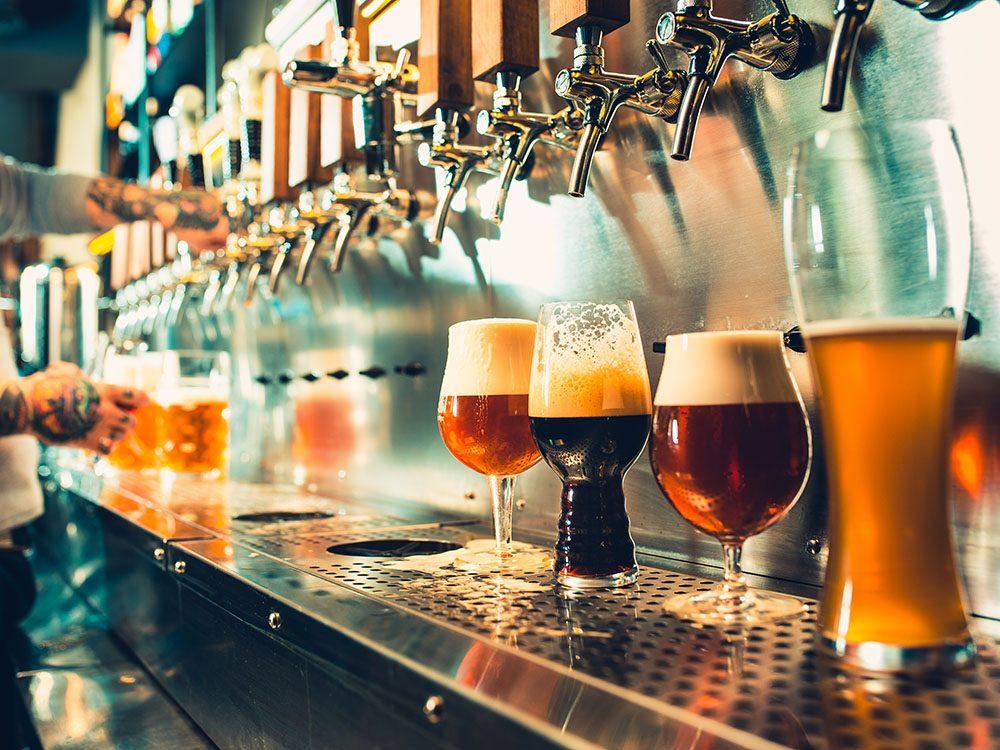 Alcool et santé: la bière peut favoriser la santé osseuse.