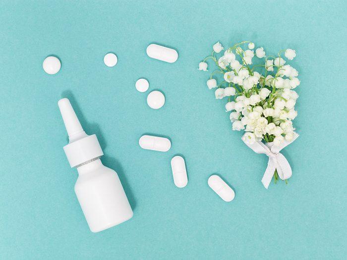 Combiner remèdes naturels et antihistaminiques pour soulager les allergènes.
