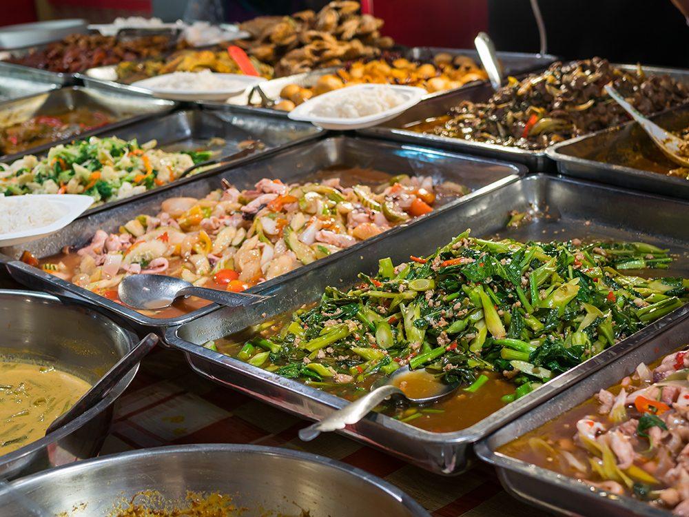 Les buffets sont l'un des pires endroits où se cachent les microbes.