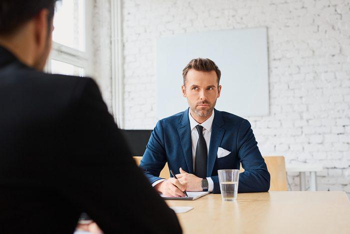 Erreur en entrevue d'embauche: parler dans le dos de son patron.