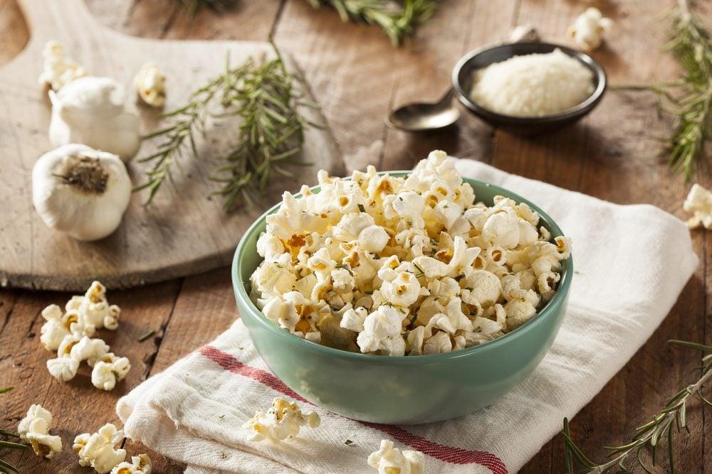 Vertu du maïs soufflé: le popcorn est riche en fibres.