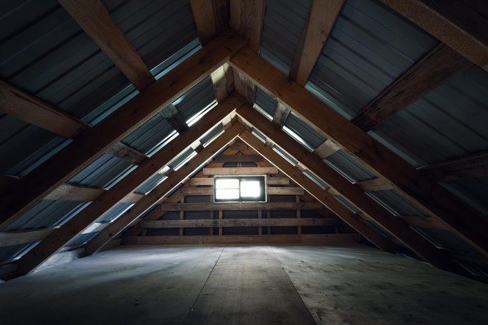 Nettoyer absolument le grenier permet d'éviter la moisissure.