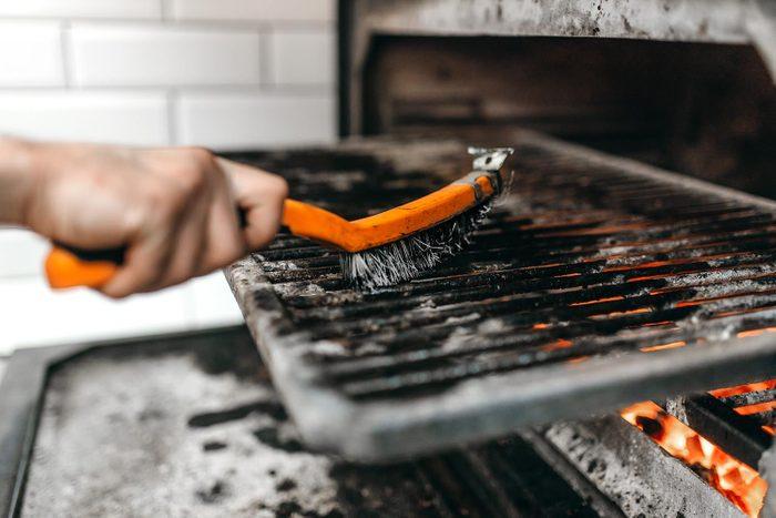 Nettoyer absolument la grille du barbecue évite que des substances cancérogènes ne se déposent sur les aliments.