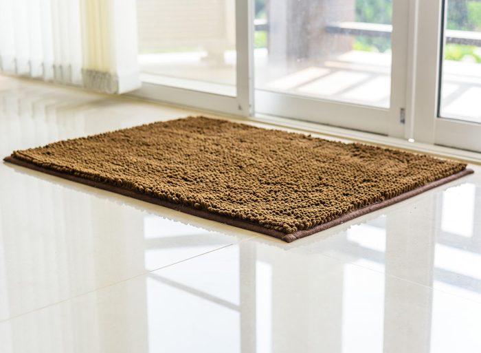 Nettoyer absolument le paillasson permet de ne pas faire entrer de saletés dans la maison.