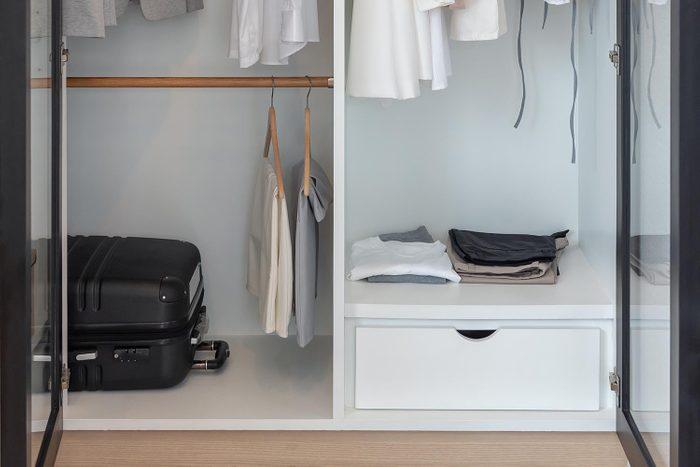 Pensez à nettoyer absolument le sol de votre garde-robes.
