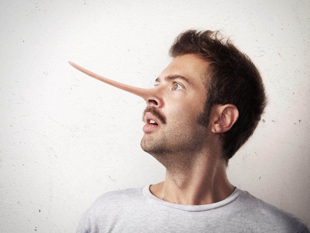 Pour détecter un menteur, évaluez son comportement et sa respiration.