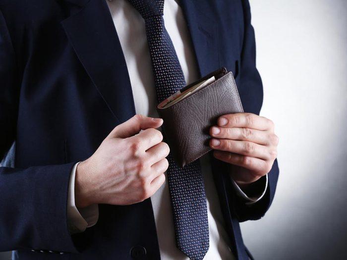 Réduisez les maux de dos en vidant votre portefeuille.