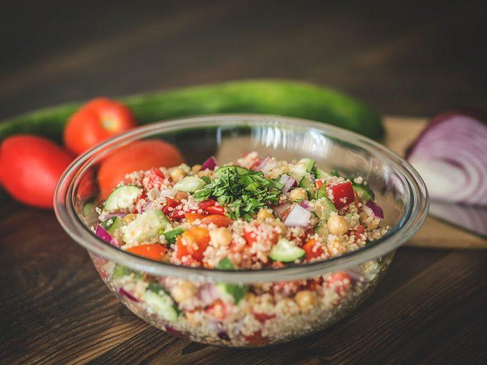 Une salade de quinoa et pois chiches, sauce au miel et citron vert pour un lundi sans viande.