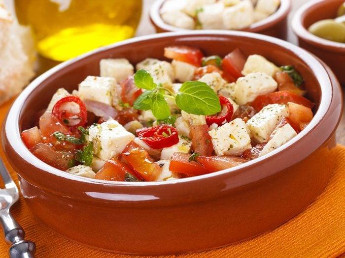 Une recette de salade de tomates au fromage de chèvre végétarienne pour un lundi sans viande.