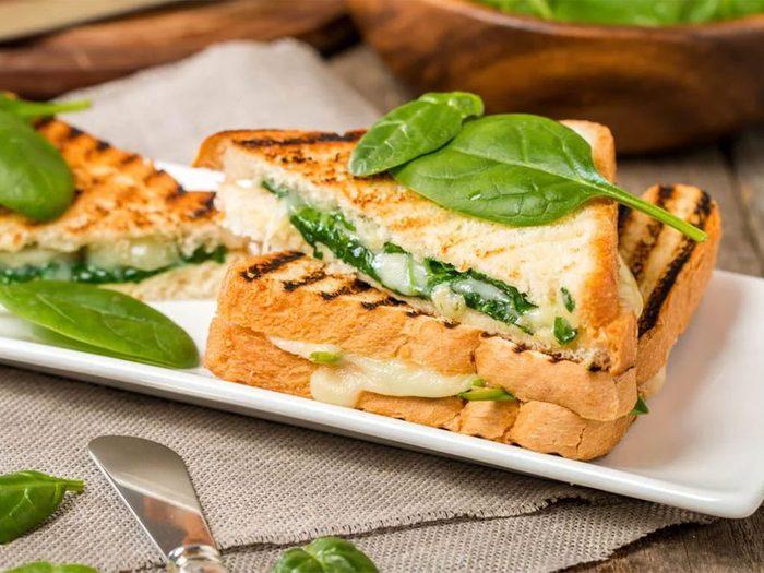 Un sandwich à l'épinard, aux champignons et au brie fondant pour un lundi sans viande.