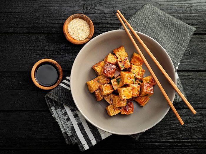 Une salade de tofu grillé au sésame pour un lundi sans viande.