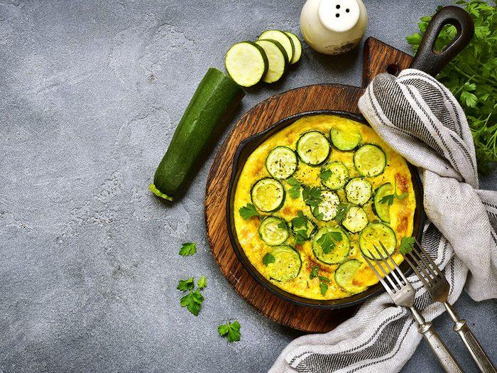Une tortilla à la courgette et à l'oignon pour un lundi sans viande.
