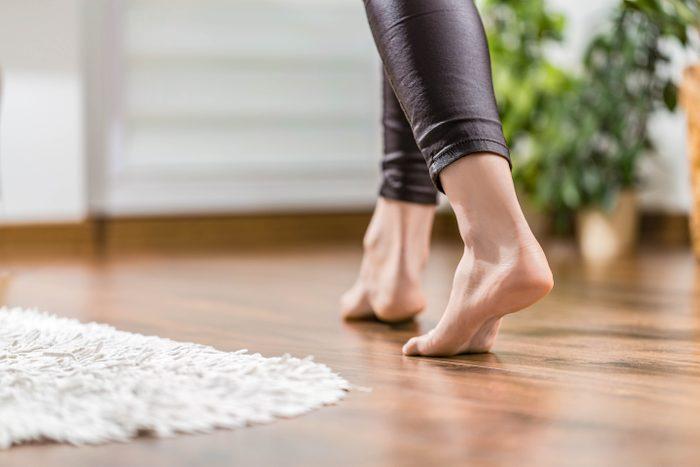 Soin des pieds : ne marchez pas pieds nus.
