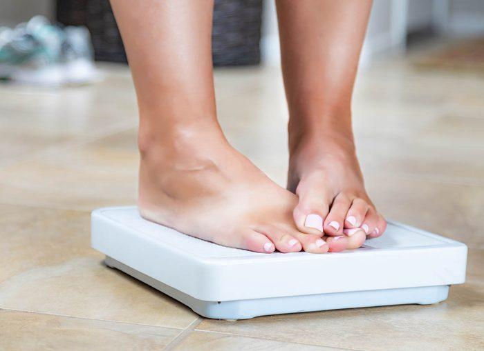 Soin des pieds : un surpoids augmente le risque d'inflammation.