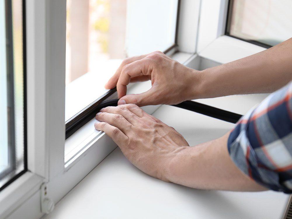 Isoler les portes et fenêtres pour garder la maison fraiche.