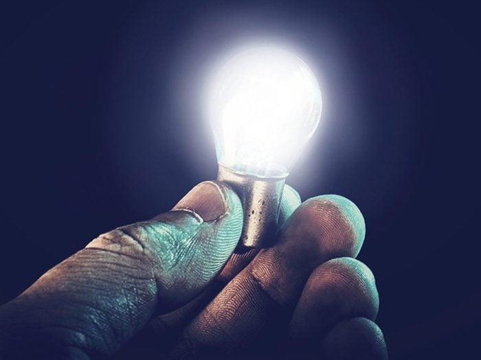Se débarrasser des lampes incandescentes pour garder la maison fraiche.