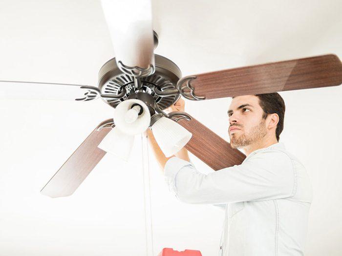 Utiliser le sens antihoraire du ventilateur de plafond pour garder la maison fraiche.