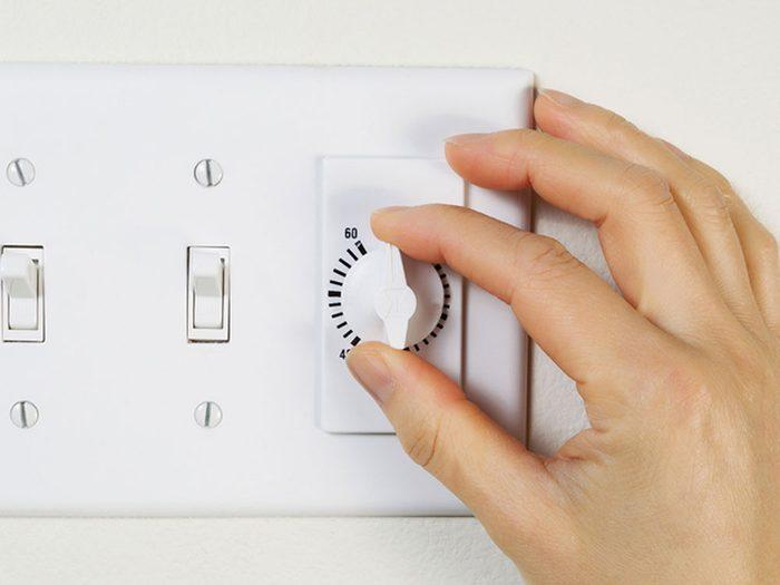 Utiliser les ventilateurs de salle de bain pour garder la maison fraiche.