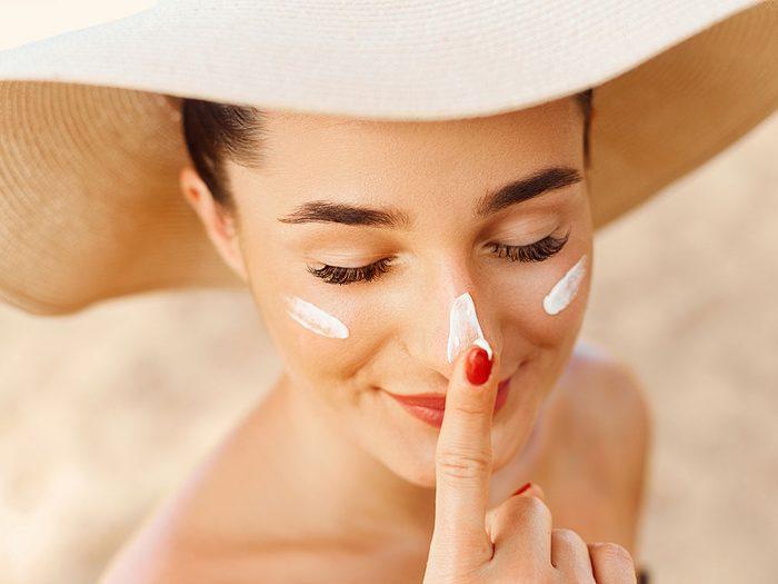 N'oubliez pas de mettre de la crème solaire sur les côtés de votre visage.