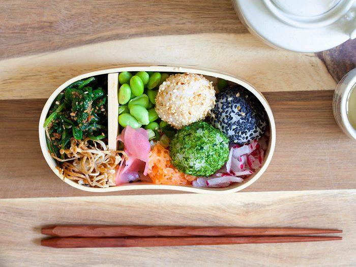 Dans les écoles au Japon, un diététicien supervise les repas.