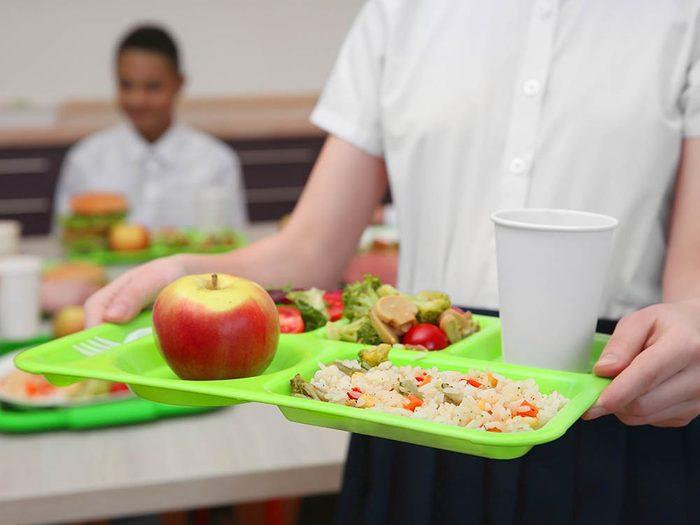 Le repas distribué par les écoles en France est définit par un diététicien.